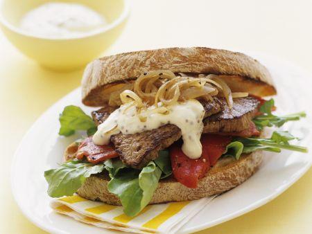 Sandwich mit Steak und Senfcreme
