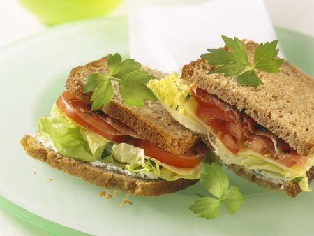 Sandwich mit Tomaten, Schinken und Käse