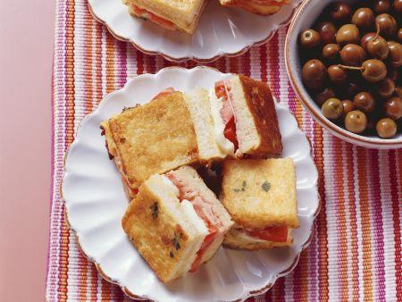 Sandwichstückchen mit Tomate-Mozzarella und Schinken