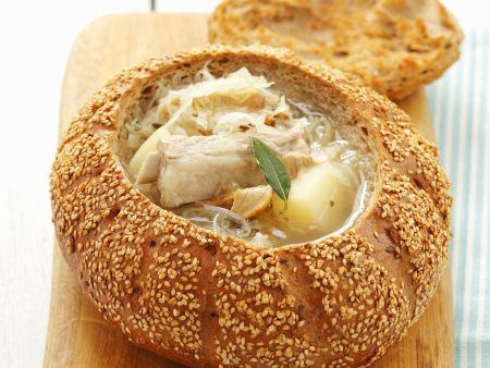 Sauerkrautsuppe mit Rippchen im Brotlaib