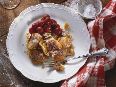 Sauerrahm-Schmarrn mit Nüssen und Kirschkompott