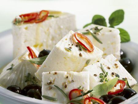 Schafskäse mit Oliven in Marinade