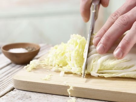 Scharfe Chinakohl-Wraps: Zubereitungsschritt 2