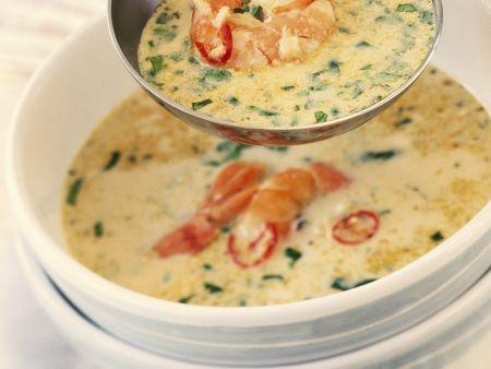 Scharfe Suppe mit Meeresfrüchten und Rosmarin