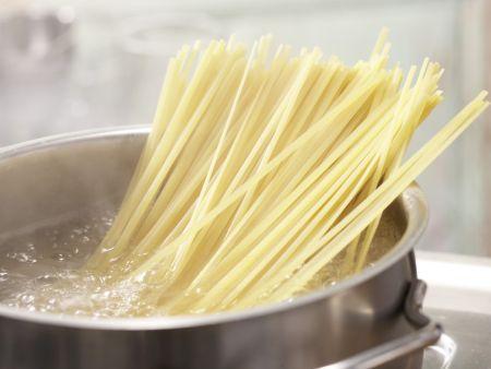 Scharfe Tomaten-Thunfisch-Pasta: Zubereitungsschritt 4