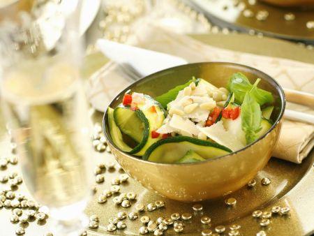 Scharfer Zucchinisalat mit Pinienkernen, Parmesan und Basilikum