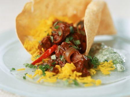 Scharfes Curry mit Lamm dazu Safranreis und indisches Brot (Papadam)