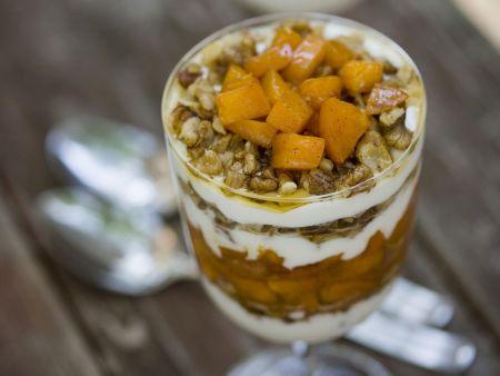 Schichtdessert mit Aprikosen, Nüssen und Joghurt