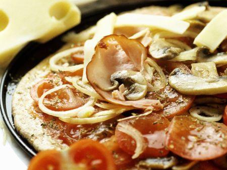 Schinken-Pizza mit Champignons und Zwiebeln
