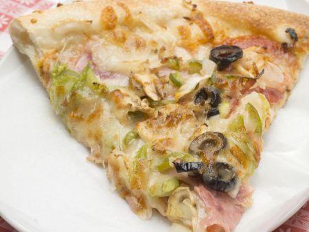 Schinken-Pizza mit Oliven und Paprika