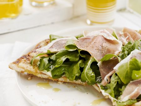 Schinkenpizza mit Salat