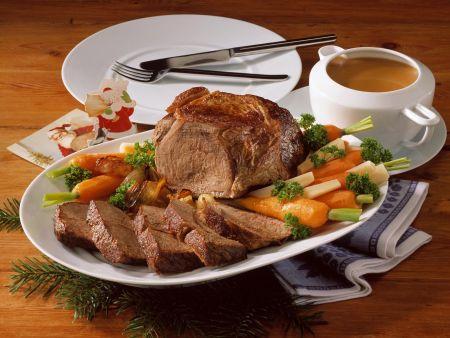 Schmorbraten mit Rotweinsoße und gemischtem Gemüse
