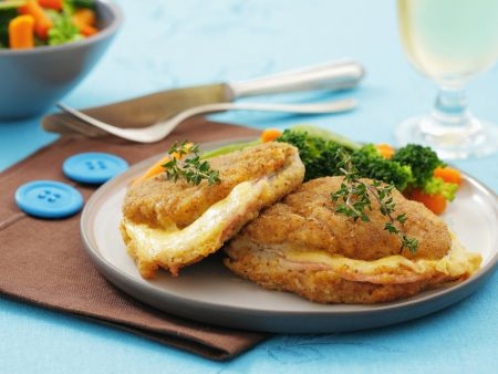 Schnitzel mit Käse-Schinken-Füllung (Cordon Bleu) und Gemüse