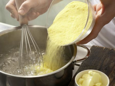 Schnitzel mit Tomatensauce und Polenta: Zubereitungsschritt 1