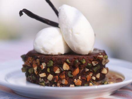 Rezept: Schoko-Nuss-Schnitte mit Vanilleeis