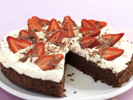Schoko-Sahne-Kuchen mit Erdbeeren