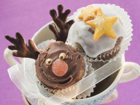 Schokoladenmuffins mit Weihnachtsverzierung