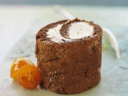 Schokoladenrolle mit fruchtiger Sahne und Kumquats