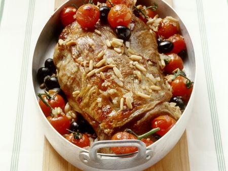 Schulterbraten vom Milchlamm mit Tomaten, Oliven und Pinienkernen