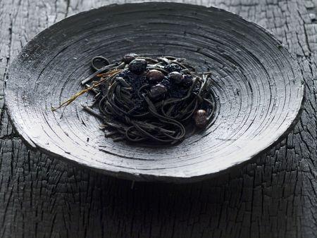 Schwarze Nudeln mit Kaviar