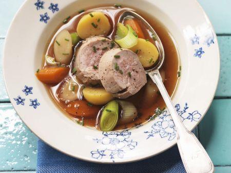 Schweinefilet mit Gemüse in Brühe