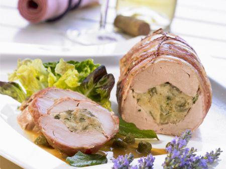 Schweinefilet mit Kräutern und Zwiebeln gefüllt, dazu Kapernsoße