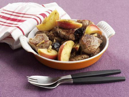 Schweinefleisch auf schwedische Art mit Pflaumen und Apfel