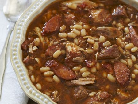 Schweinefleisch-Bohnen-Eintopf mit Wurst