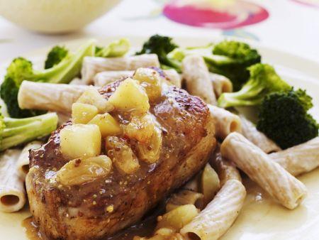 Schweinekarree mit Vollkornnudeln, Apfelsoße und Brokkoli