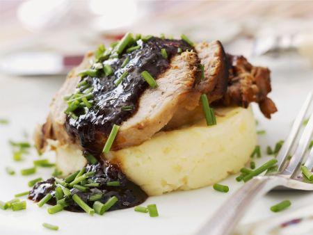 Schweinelende mit Rotwein-Zwiebel-Relish und Kartoffelbrei