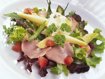 Schweinelende mit Spargel auf Blattsalat