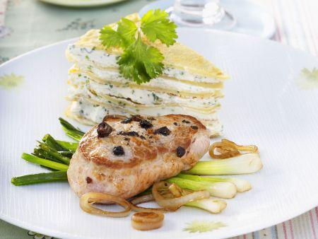 Rezept: Schweinemedaillon auf Lauchzwiebeln mit Pfannkuchen-Torte