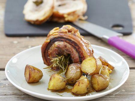 Schweinerollbraten mit gebratenen Kartoffeln und Kräutern