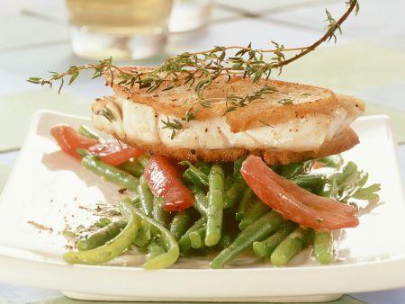 Seelachs in Ciabattamantel und Bohnensalat mit Tomaten