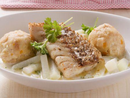 Seelachs mit Kohlrabi-Sahne-Soße und Semmelknödeln