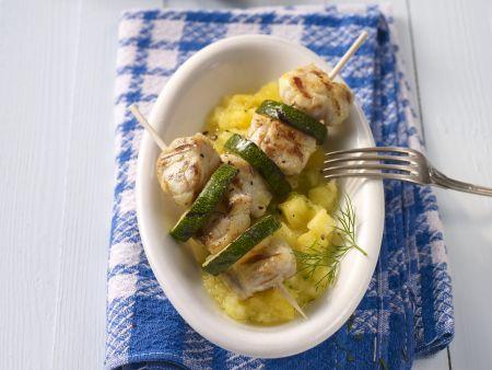 Seeteufelspieße mit Zucchini auf Ananas