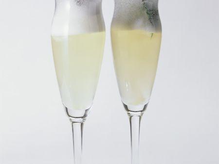 Sekt-Cocktail mit Zitroneneis