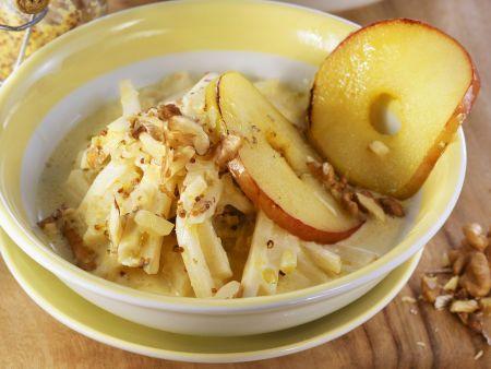 Selleriegemüse mit Senf, Äpfeln und Walnüssen