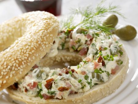 Sesambagel mit Lachsschinkencreme