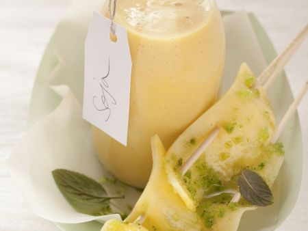 Veganes Mango-Lassi mit Ananas-Spieß