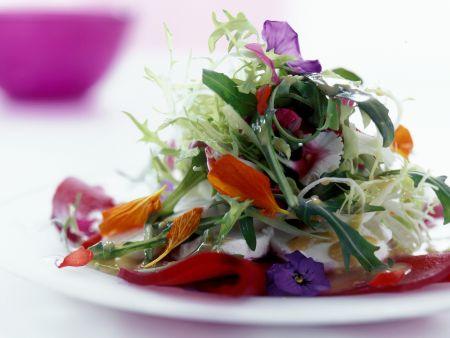 Sommersalat mit essbaren Blüten
