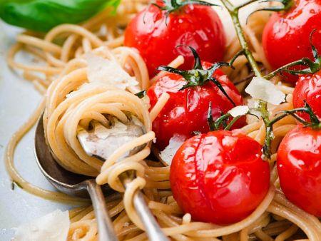 spaghetti aus vollkornmehl mit kirschtomaten und parmesan rezept eat smarter. Black Bedroom Furniture Sets. Home Design Ideas