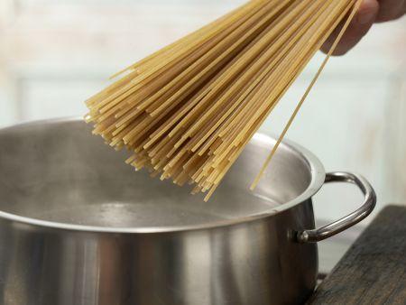 Spaghetti mit Bärlauch-Mandel-Pesto: Zubereitungsschritt 3
