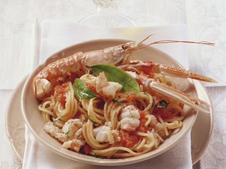 Spaghetti mit Garnelen und Tomatensoße