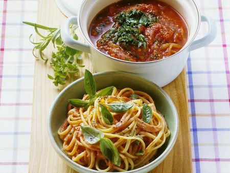 Spaghetti mit sahniger Tomatensauce und Tomatensugo