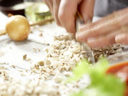 Spaghetti mit Pilz-Bolognese: Zubereitungsschritt 1