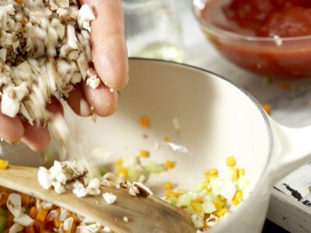 Spaghetti mit Pilz-Bolognese: Zubereitungsschritt 4
