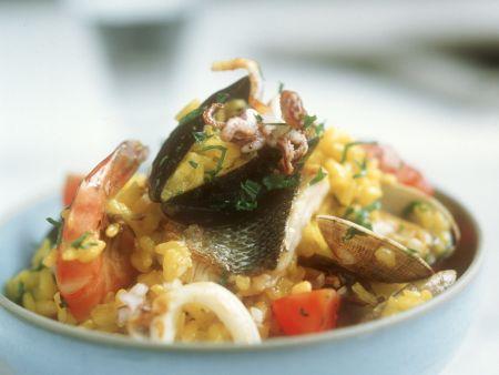 Spanische Reispfanne mit Fisch und Meeresfrüchten (Paella)