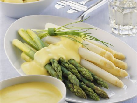 Spargel mit Kartoffeln und holländischer Soße