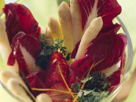 Spargel-Radicchio-Salat mit Erdbeeren und Vanilleöl